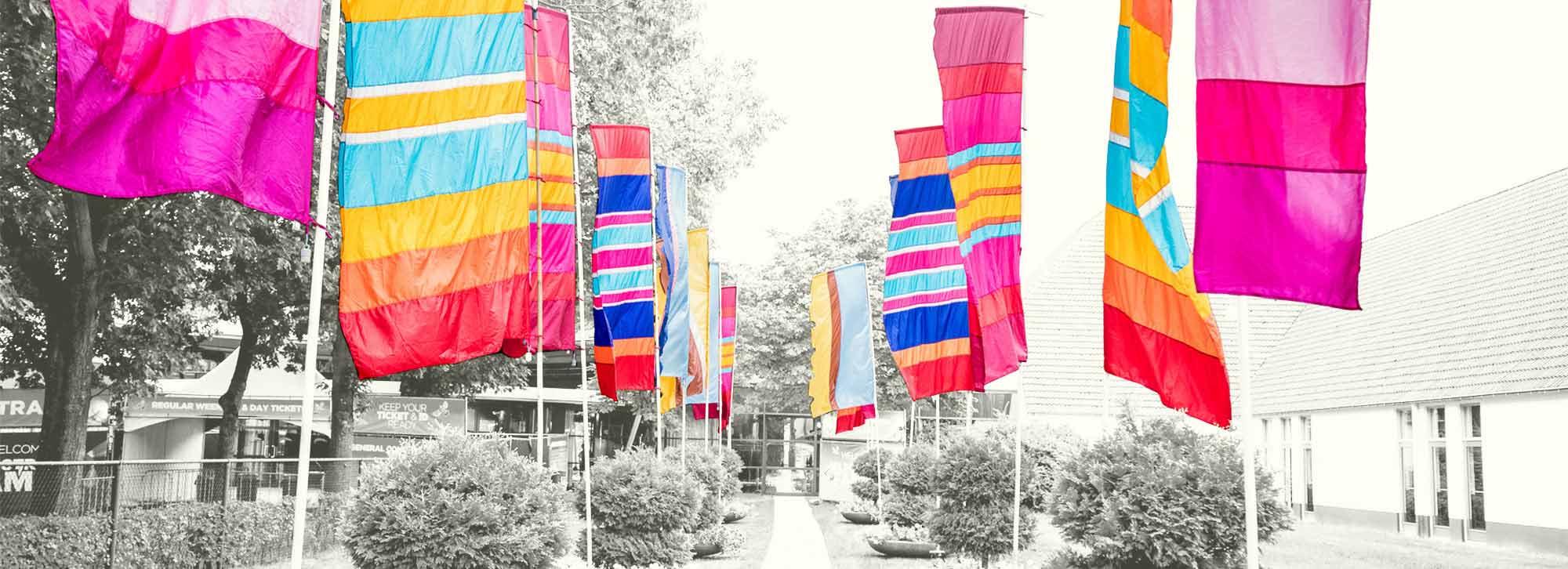 Hippie flags bij de entree van Electronic Family.