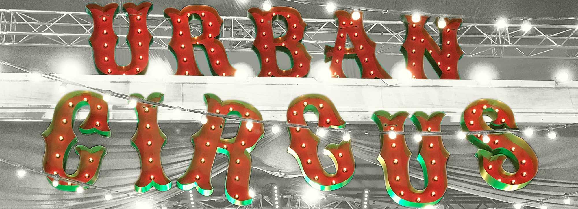Prefab gemaakte letters 'Urban Circus' voor New Horizons.